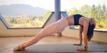 choreo joga v kočevju Tradicionalna Hatha joga, začinjena z dinamičnimi prehodi