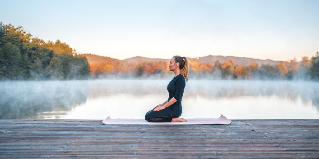 kako obvarujemo kolena med prakso joge